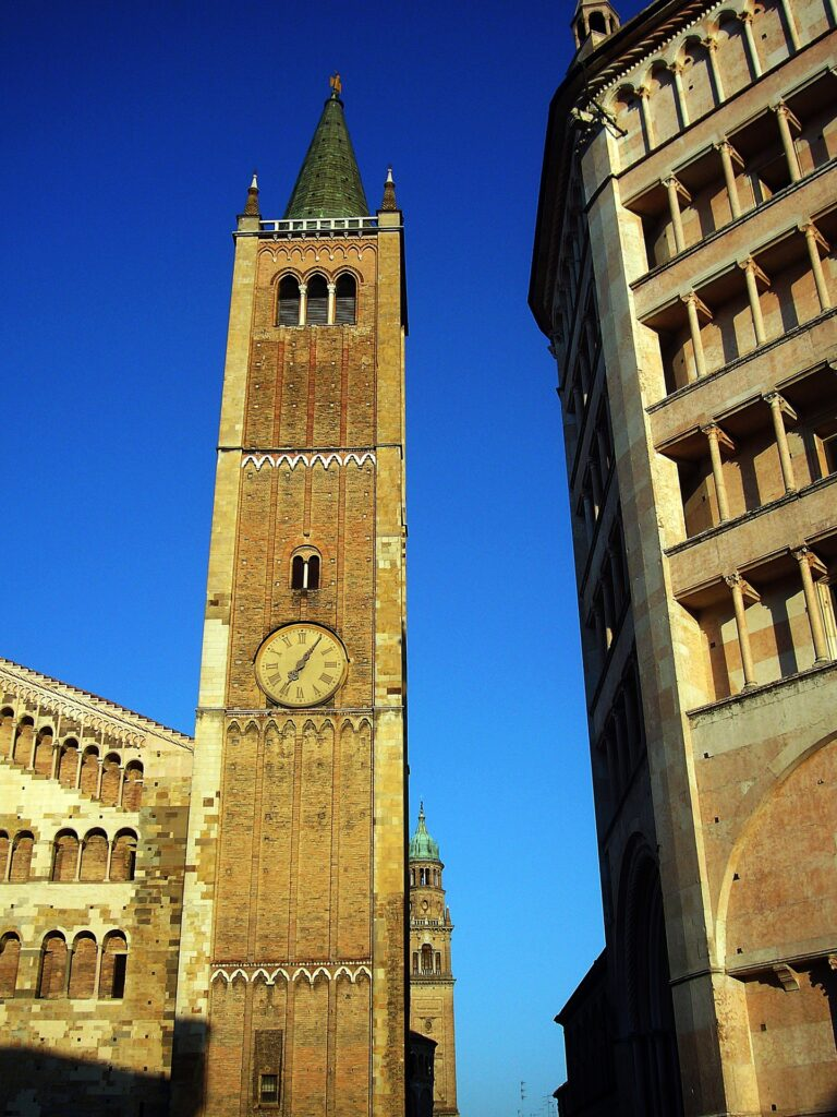 (Scorcio della Torre Campanaria, l'Angelo D'Oro e il Battistero. Fonte: Pixabay)